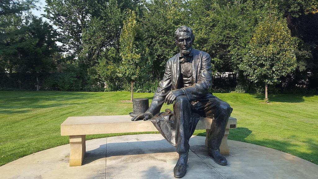 Abraham lincoln president statue.