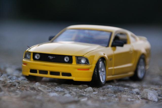 Auto yellow mustang.