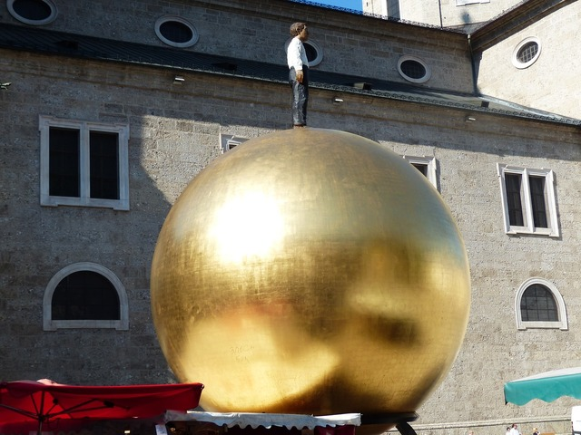 Balkenhol mozartkugel sphaera golden ball, people.