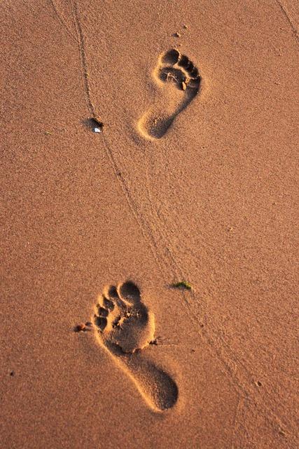 Beach iz footprint, travel vacation.