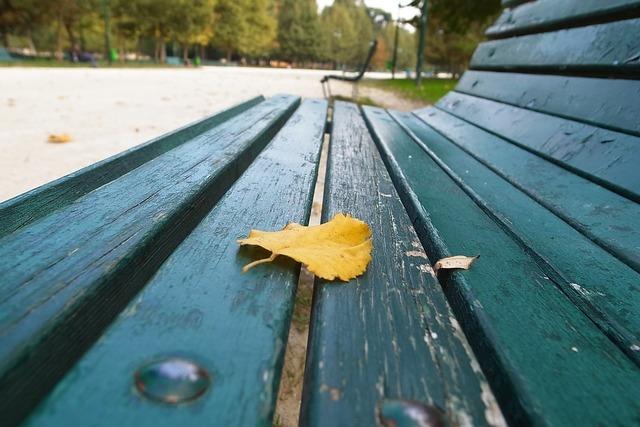 Bench fake yellow.