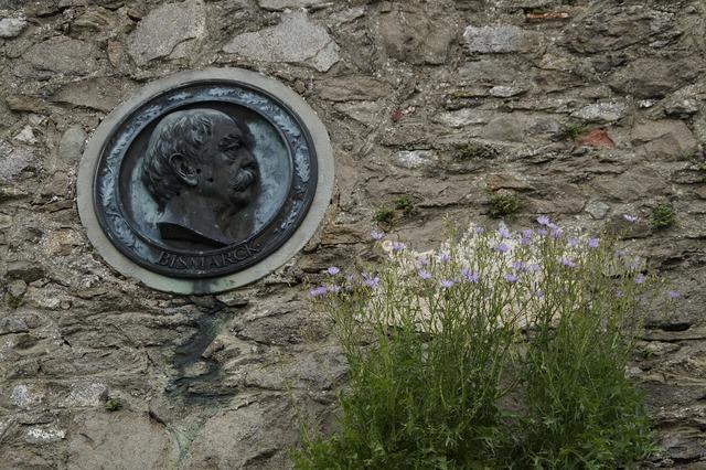 Bismarck memorial plaque board, people.