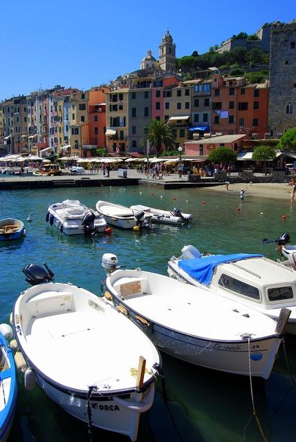 Boats sea houses.