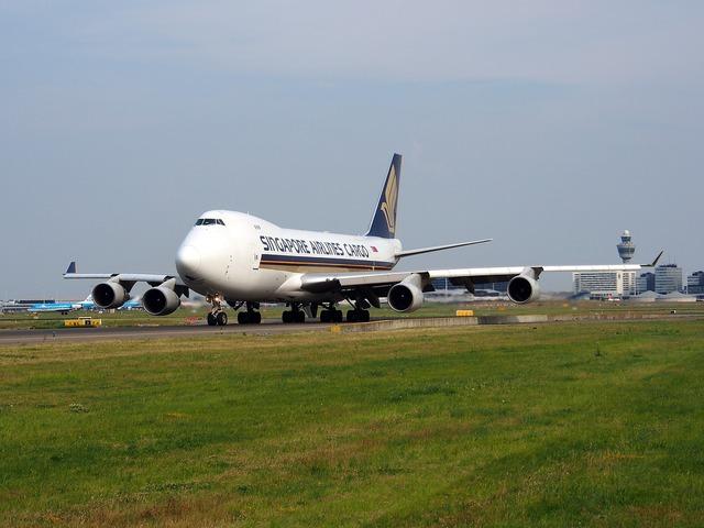 Boeing 747 jumbo jet singapore airlines.