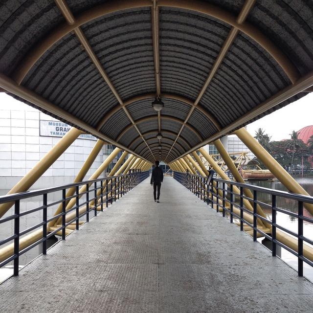 Bridge vanishingpoint walk.