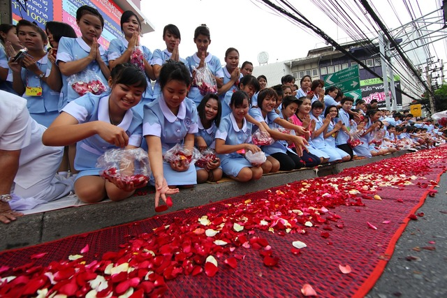 Buddhists rose petals ceremony, people.