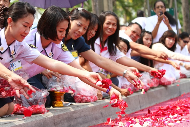 Buddhists rose petals walk, religion.