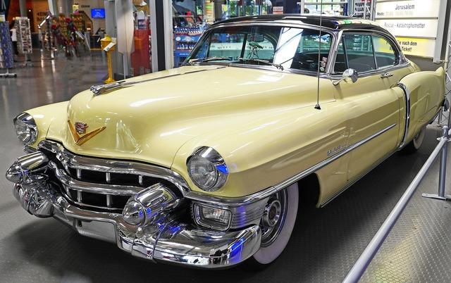 Cadillac convertible coupé series 62 built in 1953.