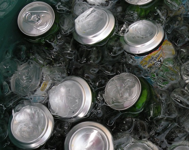 Cans drinks ice.