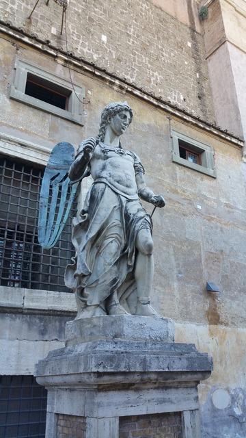 Castel sant'angelo statue rome.