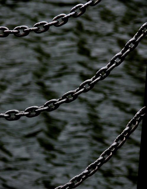 Chains sea water.