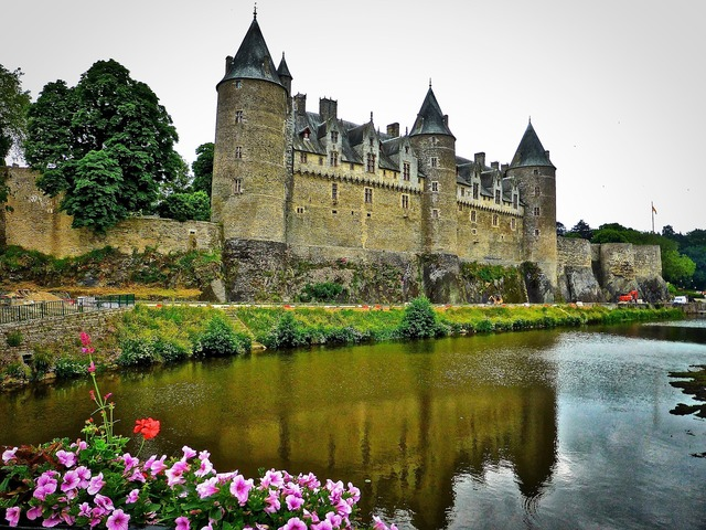 Chateau gosselin brittany, places monuments.