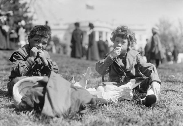 Children eat sit.
