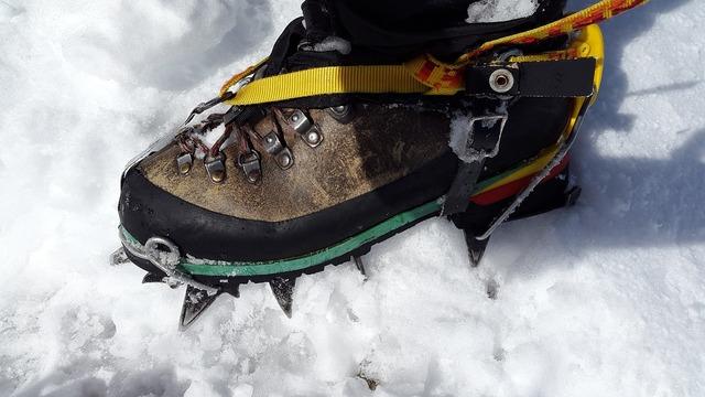 Crampon high-altitude mountain tour mountaineering shoes.