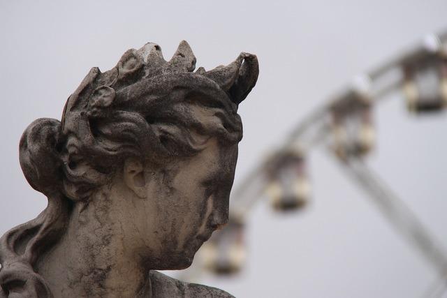 Detail statue paris.