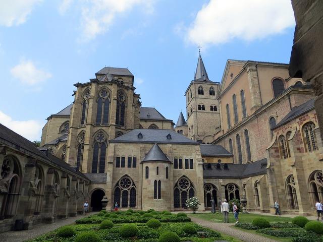 Dom trier courtyard, religion.