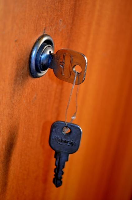 Door keys lock.