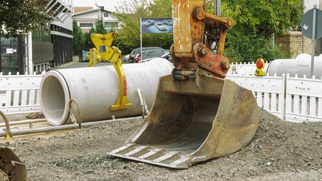 Excavators backhoe bucket site, transportation traffic.