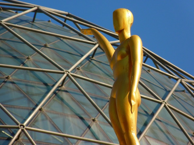 Figure glass dome golden.