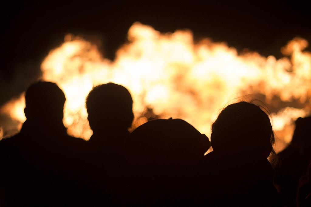 Fire chamiza night, people.