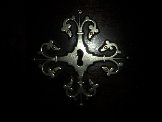 Fitting key hole old.