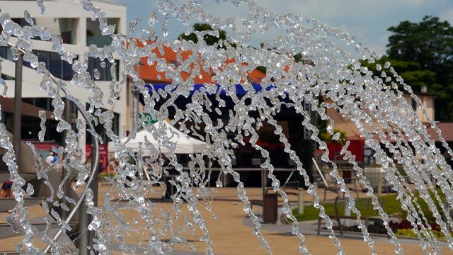 Fountain drops glamour.