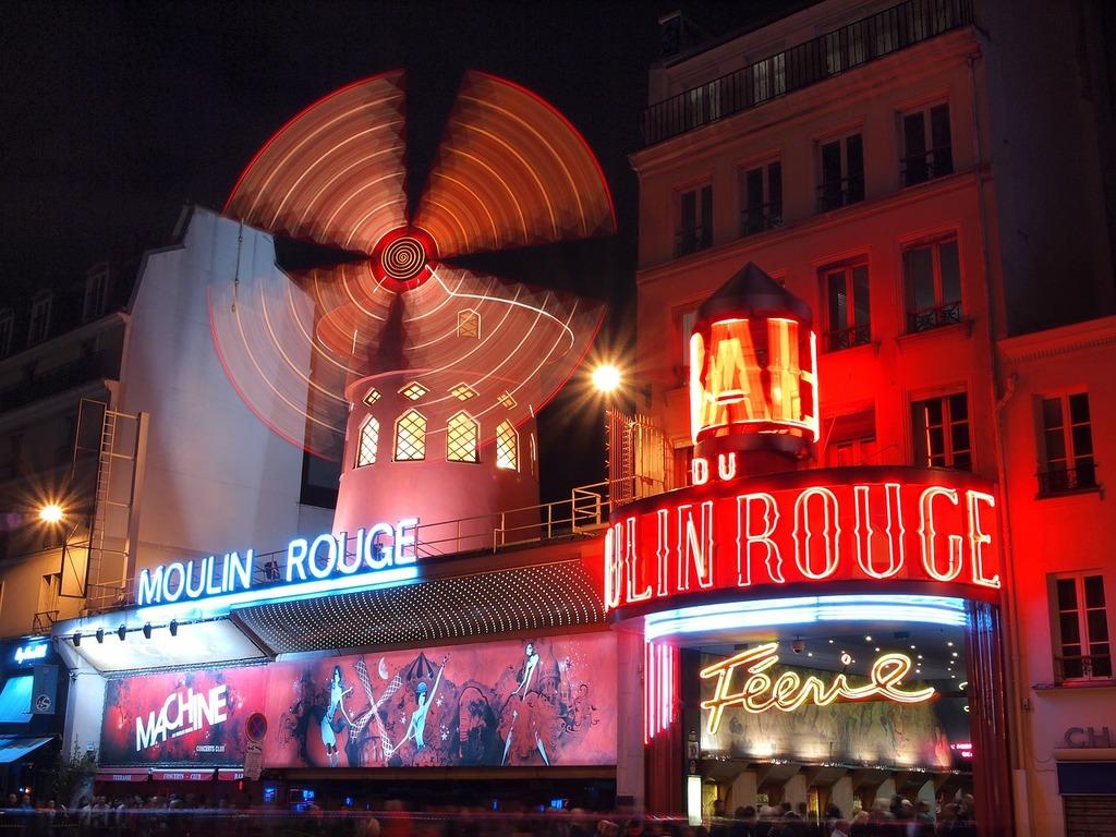 France paris moulin rouge.