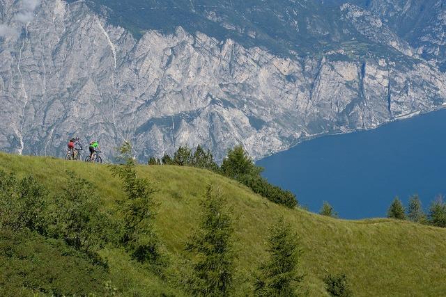 Garda mountain bikers lake.