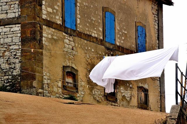 Glimpse borgo drying laundry.