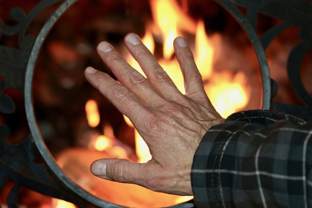 Heat fire hand.