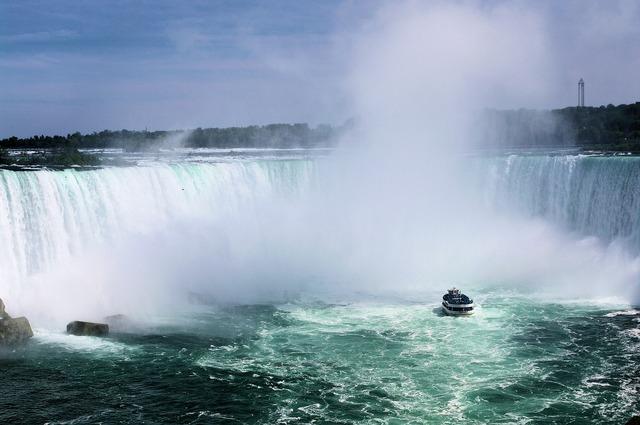 Horseshoe falls niagara falls boat.