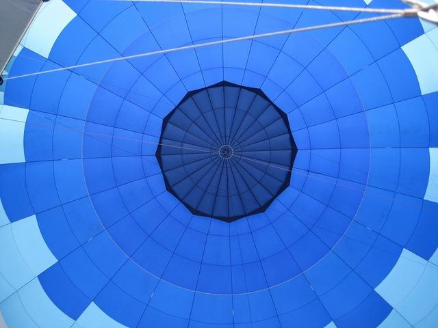 Hot air balloon blue round.