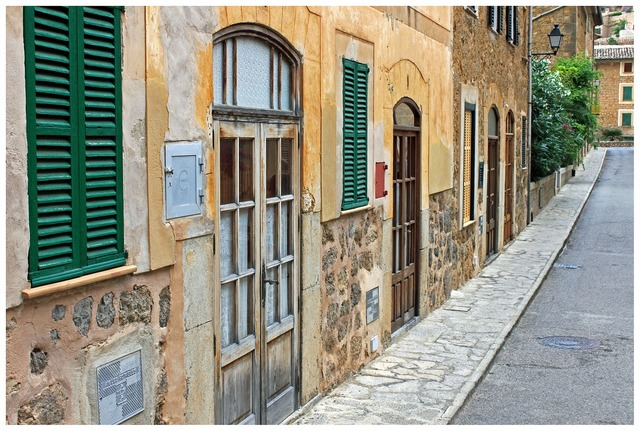 Houses wall south facade, transportation traffic.