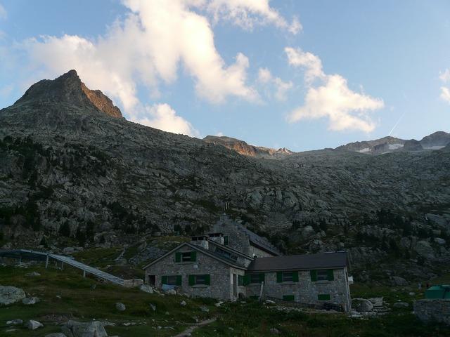 Hut mountain hut refugio de la renclusa.
