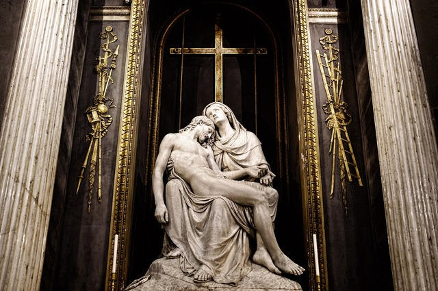 Jesus skul′prura church, religion.