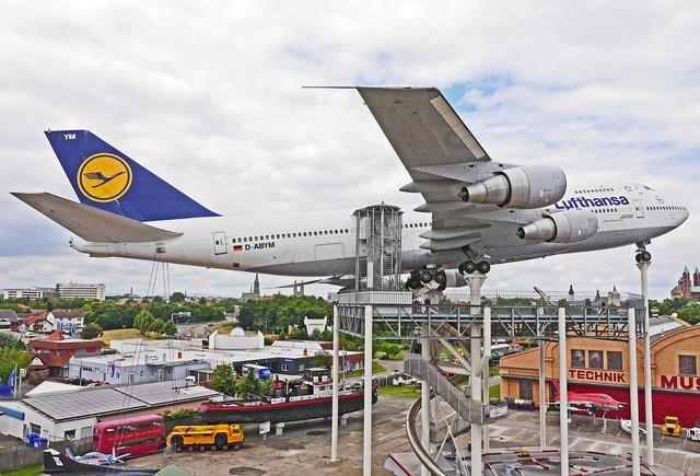 Jumbo jet boeing 747 lufthansa.