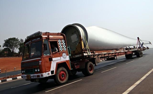 Long vehicle wind turbine blade blade, transportation traffic.