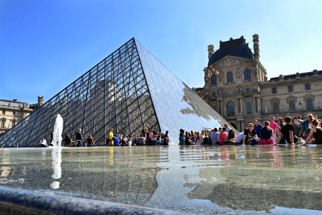 Louvre museum paris fountain.