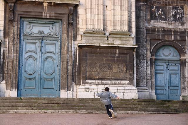 Lyon church child, religion.
