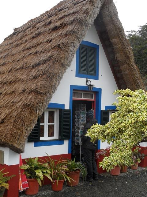 Madera hut the roof of straw.