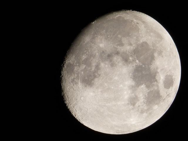 Moon gibbous handheld.