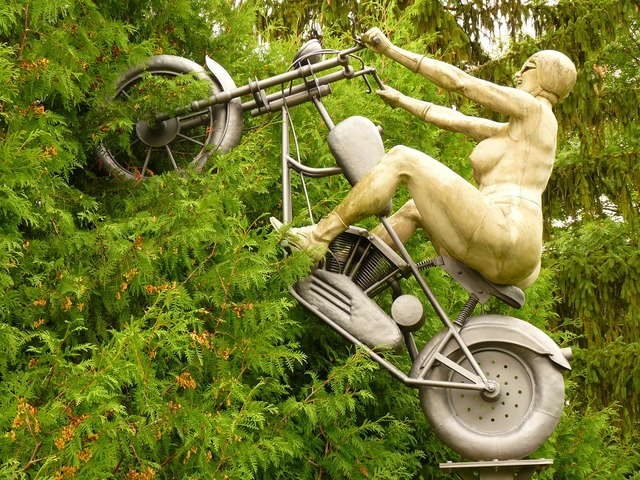 Motorcycle sculpture rockerbraut.
