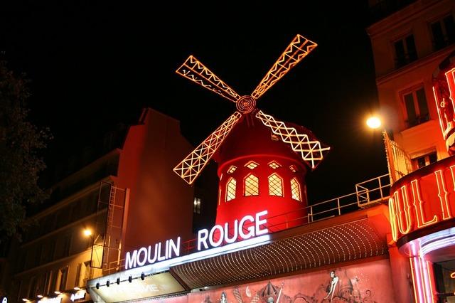 Moulin rouge pigalle paris.