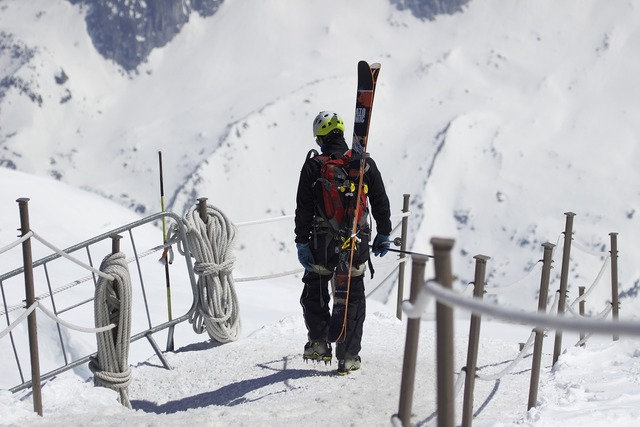 Mountains skiing skis.