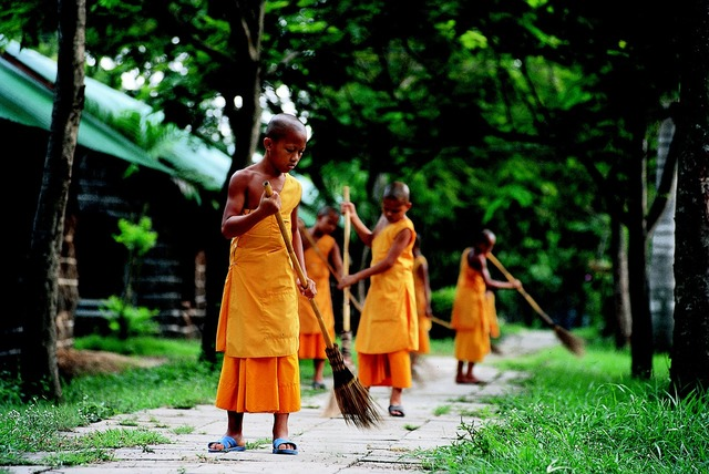 Novices buddhist work, industry craft.