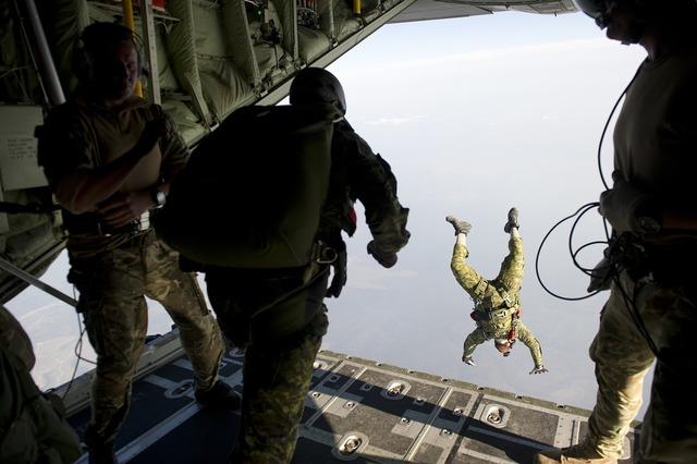 Parachute skydiving parachuting, travel vacation.