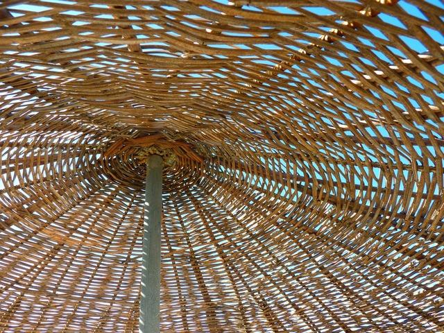 Parasol woven sun protection.