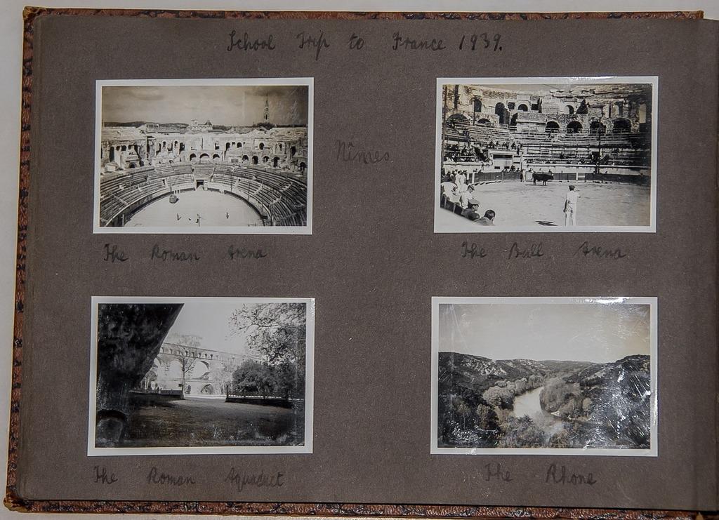 Photos photographs black and white.