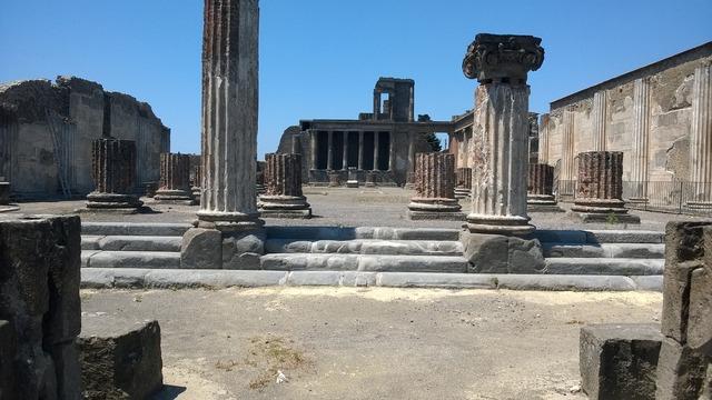 Pompeii ruins volcano.