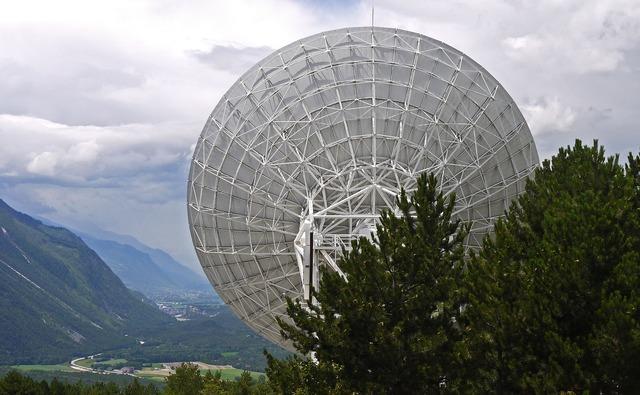 Radio telescope satellitenbeoabachtung switzerland.